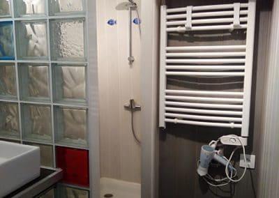 salle de douche du gite le compas